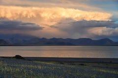 Kina Great Lakes av Tibet Stora moln över sjön Teri Tashi Namtso på solnedgången arkivfoton