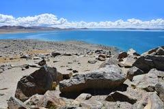 Kina Great Lakes av Tibet Stora stenar av lagret av sjön Teri Tashi Namtso i juni royaltyfria bilder