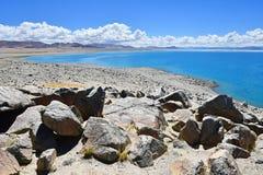Kina Great Lakes av Tibet Stora stenar av lagret av sjön Teri Tashi Namtso i juni royaltyfri bild