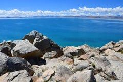 Kina Great Lakes av Tibet Stora stenar av lagret av sjön Teri Tashi Namtso i juni arkivfoton