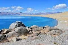 Kina Great Lakes av Tibet Stora stenar av lagret av sjön Teri Tashi Namtso i juni royaltyfri fotografi