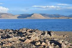 Kina Great Lakes av Tibet Stort moln över sjön Teri Tashi Namtso i inställningssolen i sommar arkivfoton