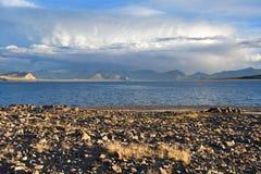 Kina Great Lakes av Tibet Stort moln över sjön Teri Tashi Namtso i inställningssolen i sommar royaltyfri bild