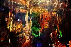 Kina guangxi guilin för ståndsmässiga amiralitetet höjder för vaggar --Konstiga stalaktit Arkivbild