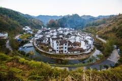 Kina himmel för berg för byväg Arkivbilder