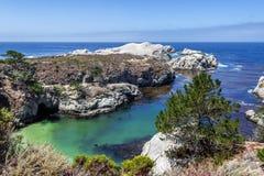 Kina liten vik/strand i punktLobos den statliga naturliga reserven Royaltyfria Foton