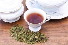 Kina med te och teblad Royaltyfri Bild