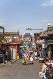 Kina Peking Shoppinggata Yandai Xiejie I bakgrunden Klocka torn Arkivfoton