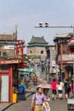 Kina Peking Shoppinggata Yandai Xiejie och Klocka torn Arkivfoto