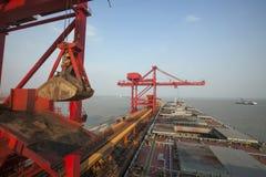 Kina Qingdao port och slutlig tonjärnmalm Arkivbild