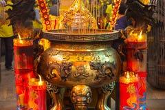 Kina religiösa troar, traditionell stil, tempel, stor rökelsekar royaltyfria foton