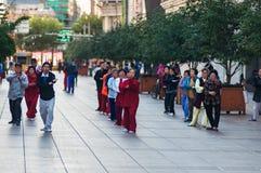 KINA SHANGHAI - November 6, 2017: Folk av den olika åldern som gör Taiji, Tai-chi på gatan i morgonen arkivfoton