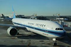 Kina sydliga Boeing 777 på grov asfaltbeläggning Arkivfoto