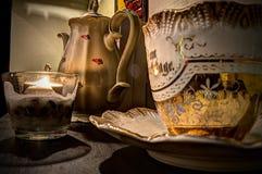 Kina tekruka, stearinljus och kopp Royaltyfri Foto
