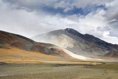 Kina Tibet Berg nära sjön Ngangla Ring Tso i molnigt väder i sommar arkivbild