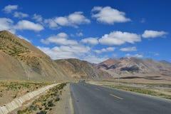 Kina Tibet Bergväg på vägen från Dorchen till Shigatse royaltyfri foto