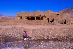 Kina-Tibet-December 2002 - huset under konstruktionskvinna väljer Royaltyfria Bilder