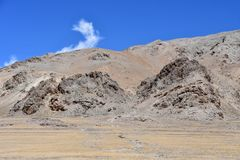Kina Tibet Himalayas i området av sjön Teri Tashi Nam Co i sommar n-sorg läs vänder mot mytiska beings royaltyfri fotografi