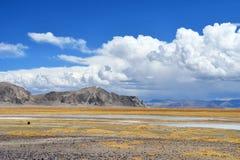 Kina Tibet Stora härliga moln över Trans.-Himalayasna i området av sjön Teri Tashi Nam Co i Juni fotografering för bildbyråer