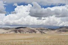 Kina Tibet Stora härliga moln över Trans.-Himalayasna i området av sjön Teri Tashi Nam Co i Juni royaltyfria foton