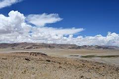 Kina Tibet Stora moln över Trans.-Himalayasna i området av sjön Teri Tashi Nam Co i sommar royaltyfria foton