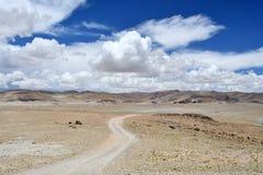 Kina Tibet Väg i Trans.-Himalayas i området av sjön Teri Tashi Nam Co i Juni fotografering för bildbyråer