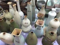 Kina uppfinner på nytt Kina, blommavaser, kinesisk keramik, Shanghai shopping Arkivbilder