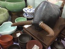 Kina uppfinner på nytt Kina, moderna Taurus Chinese Ceramics, Shanghai shopping Arkivfoton