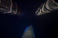KINA: Världsfinansmitt, Jinmao och Shanghai torn som sett från botten, skapa som är konstnärligt Fotografering för Bildbyråer