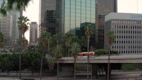 Kina w autobusie na moście przez autostradę w centrum LA Autostrady południowej Kalifornii to sieć zbiory wideo