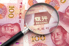 Kina yuan som packar ihop Arkivfoto
