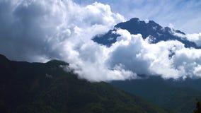 Kinabalu与云彩的山峰 股票录像