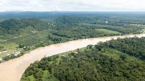 Kinabatangan rzeka lokalizować w Borneo z góry zdjęcia stock