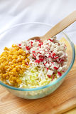 Kinakål, majs och surimi i en glass bunke Arkivfoton