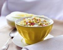 Kinakål, majs och surimisallad Arkivfoto