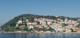 Kinaliada海岛看法从海的有从马尔马拉海的避暑别墅的在伊斯坦布尔,土耳其附近 免版税库存照片