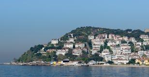 Kinaliada海岛看法从海的有从马尔马拉海的避暑别墅的在伊斯坦布尔,土耳其附近 库存照片