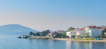 Kinaliada海岛看法从马尔马拉海的在有避暑别墅的伊斯坦布尔,土耳其附近 图库摄影