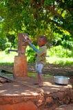 KINAZINI KENYA - JULY-12: den oidentifierade afrikanska pojken visar a Fotografering för Bildbyråer