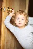 Kind öffnete eine Tür. Lizenzfreie Stockfotografie