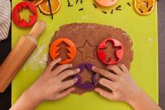 Kind übergibt die Herstellung von Lebkuchenplätzchen - Draufsicht Lizenzfreies Stockfoto