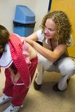 Kind-Überprüfung am Doktor Office Lizenzfreies Stockfoto