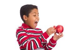 Kind überraschte öffnende Apple-Tür Stockfotos