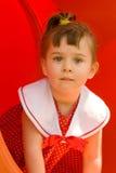 Kind abgefangenes Kriechen herauf ein Plättchen Stockfotografie