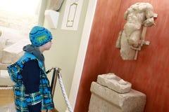 Kind in archeologisch museum stock fotografie