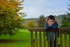 Kind auf Bank Stockbild