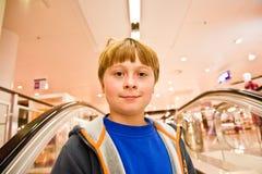 Kind auf beweglichem Treppenhaus schaut den überzeugten Selbst Lizenzfreies Stockbild