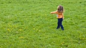 Kind auf dem Grasgebiet Lizenzfreies Stockbild