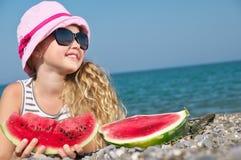 Kind auf dem Meer mit Wassermelone stockfoto