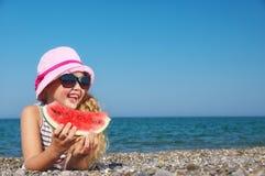 Kind auf dem Meer mit Wassermelone Lizenzfreie Stockfotos